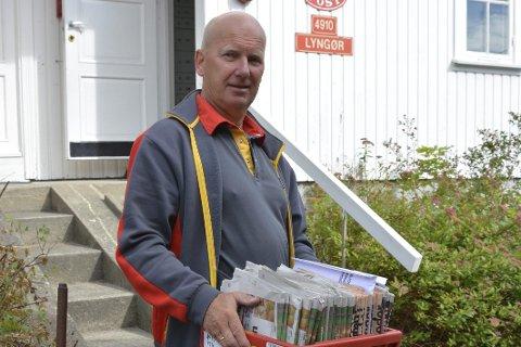 Fornøyd: Som landpostbud i Lyngør har Knut Arnold Johnsen travle dager, men han føler seg likevel priviligert. Foto: Olav Loftesnes