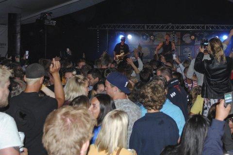 Feststemning: Det var god stemning da Bjørn Rosenstrøm og bandet hans spilte i teltet torsdag kveld. Foto: Sonia Patella
