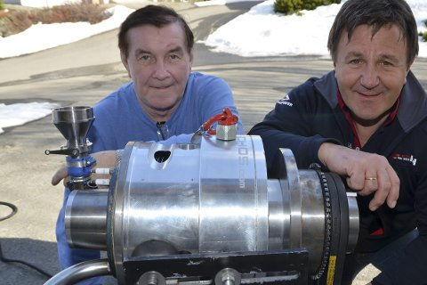 Ny Motor: Hilberg Karoliussen og Tor Arne Hauge har samarbeidet i mange år. Dette bildet er fra mars i år, da Otechos presenterte en ny type forbrenningsmotor som Karoliussen har funnet opp, og som Othecos har fått utviklet.  Arkivfoto