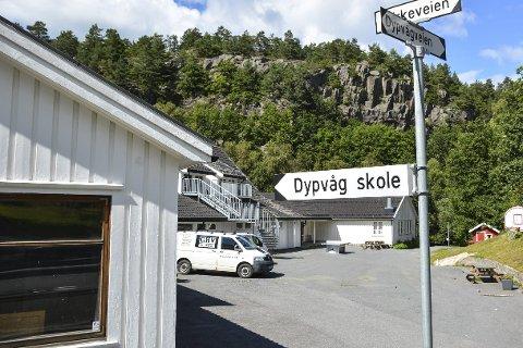 Snart fylles skolegården av lek og latter: Til sammen 23 førsteklassinger møter opp til første skoledag på Dypvåg skole torsdag 18. august. Det er flere enn i fjor, og betyr at skolen må utvide med en klasse.
