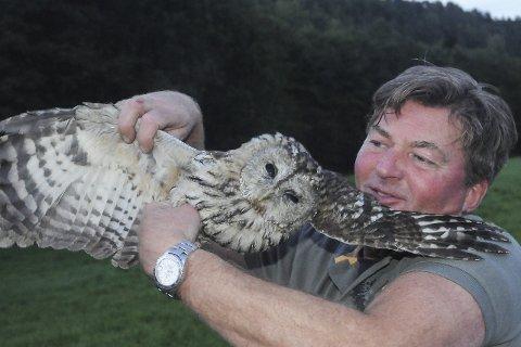 Fuglevenn: Ugla er her klar til å fly igjen, etter å ha fått gratis kost og losji hjemme hos Morten Erichsen. Foto: Øystein K. Darbo