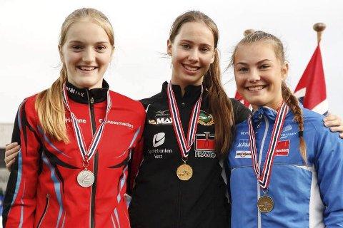 Anastasia Lunde (t.h.) på seierspallen med bronsemedalje etter 1oo meteren i UM i friidrett i Sandnes. I midten vinneren Martine Hjørnevik fra Norna-Salhus og t.v. Maria Fagerli fra Storfjord som fikk sølv. Privat foto