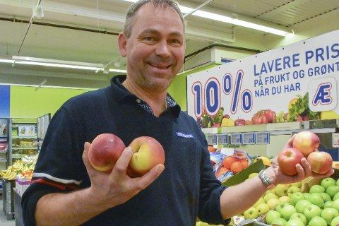 Frank Gustavsen: Butikksjefen på Rema 1000 i Tvedestrand har ganske mange kunder som allerede har tatt den nye appen Æ i bruk. De som registrerer seg, får blant annet 10 prosent avslag på fersk frukt og grønt.Foto: Mette Urdahl