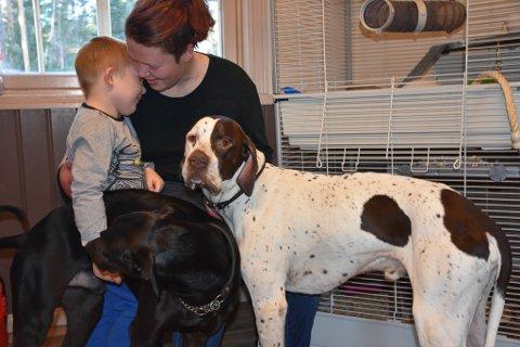 Hunden Rask (til venstre) er glad i de små rottebabyene. Han reddet en liten tass fra å dø. Det er mamma Elsi og sønnen Tommy meget godt fornøyd med.