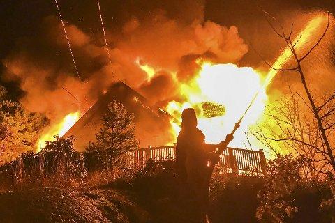 Dramatisk: Huset til Morten Harr var overtent da brannmannskapene ankom. Mannskapene foretok en kontrollert nedbrenning av huset.Foto: Fredrik Sørvig