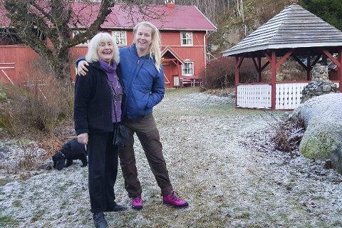 Dalen gård: Ali Devold (til venstre) fikk besøk av Anneli Heggedal Asak tirsdag kveld. Anneli kom på vegne av TV2, som ønsker seg en sørlandsgård til neste sesong av Farmen. - Dalen gård er idyllisk og koselig, sier Anneli om Alis sted på Reinsfjell i Dypvåg.Foto: Frode Gustavsen