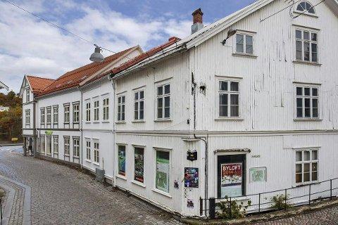 Solgt! Dette bygningskomplekset i Hovedgata ble lagt ut for salg med en prisantydning på 10 millioner kroner. Nå er eiendommen solgt til Mesel Eiendom AS for 10,5 millioner kroner.