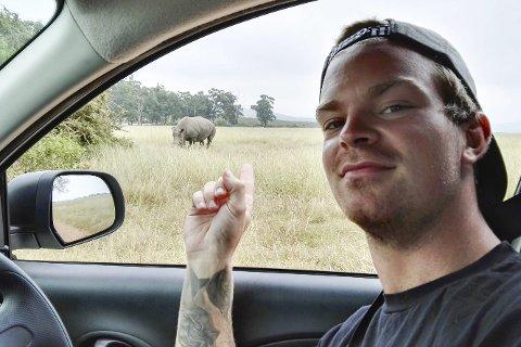 På SaFari: Her er Tor Gunnar Stiansen på biltur sammen med en kollega i et safariområde i Sør-Afrika. Et stort neshorn dukket opp, og Tor Gunnar følte seg ikke helt trygg i en liten Nissan Micra. Privat foto