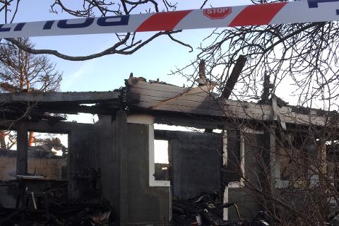 Tirsdag undersøker politiet branntomta i Lyngør.