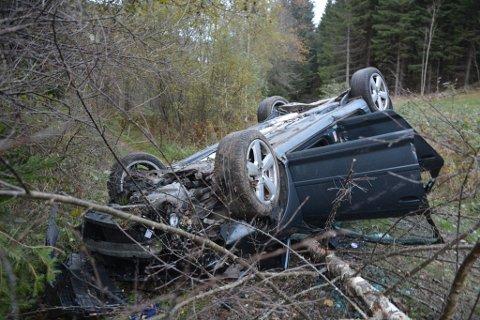 Ulykkesbilen ble liggende på taket, rundt 50 meter fra fylkesveien.