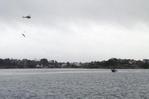 Transport i lufta: Å bruke helikopter til frakt av materialer er blitt svært vanlig. Sist uke havnet et lass i sjøen mellom Gjeving og Lyngør. foto: privat
