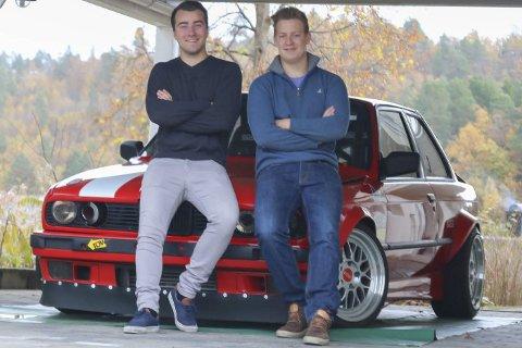Tvedestrand drifting Team: Joachim Haugenes (t.v.) og Karl Henrik von Porat Fiane er to av de fem unge karene som sparker i gang et miljø for tvedestrandsungdom med bildilla.        Håpet er at mange hiver seg med.Foto: MArianne Stene