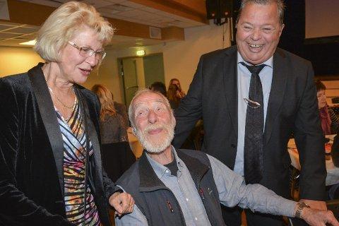 Feiring på Lyngmyr: Anne Karin Løken og Rune Sterk-Hansen traff igjen klasserforstanderen de hadde for 50 år siden, James Bergendal. Foto: marianne drivdal