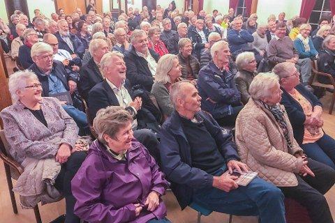 HC Hanssen lanserer «Gamle hannkatter kan også klore» på rådhuset.