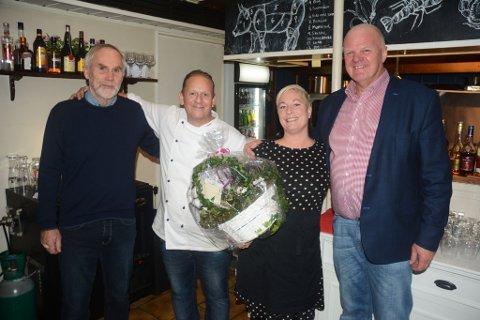 Daglig leder for Furøya IKS, Asbjørn Aanonsen (t.v.), og ordfører og styreleder Jan Dukene, hadde med seg blomster til Mia Åbonde og Thomas S. Tangen på Vertshuset, som vil drive restaurant på Furøya i fire nye sesonger.