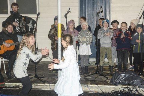 3. klassingene Linnea (t.v.) og Ada har det gøy mens de danser til sangen Per Spelmann. Elevene blir i dette nummeret akkompagnert av Aud Solli Sjåvåg og Tor Øyvind Nerdalen.