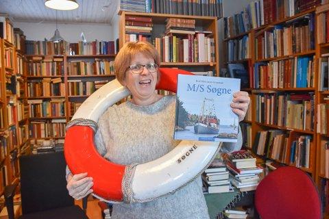 Solveig Røvik, daglig leder i Bokbyen forlag, ser at den nye boka om Søgne nok rekker å havne under mange lokale julrtrær.