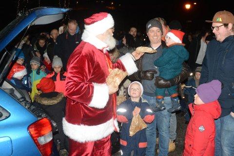Slik er vi vant til at julehandelen innledes i Tvedestrand: med julegrantenning og nisse med godteposer. Slik blir det ikke i år, men  handlingen gjør vi lokalt. Arkivfoto