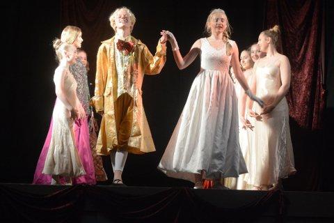 Prinsen og Askepott fant hverandre selvfølgelig til slutt. Victor Kildahl og Bodil Elise Holberg går fram for å ta i mot en velfortjent applaus. Foto: Øystein K. Darbo.