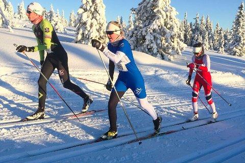 Kristine Kvamme (i blått og hvitt) i farta under romjulsrennet på Sjusjøen ved Lillehammer i går. Det var flott vintervær med nysnø og minus 12 grader, men kulda gjorde at det var ganske trå forhold i sporet. Privat foto