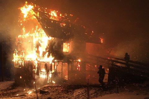 Dette synet møtte brannmannskapene. De jobbet iherdig for å hindre spredning til bolighuset.