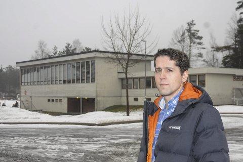 Skal bygge her: Tomas Aanonsen er kommunens prosjektleder for skolebyggingen på Vegårshei. Det gamle gymsalbygget (I bakgrunnen) skal rives, slik at en ny ungdomsskole med bibliotek kan bygges på denne tomta. Arkivfoto