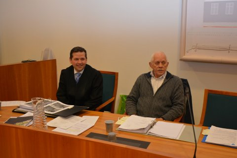Advokat Ole Magnus Heimvik med sin klient John Tore Solheim.