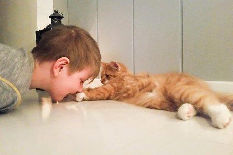 Knut er veldig glad for å ha fått kattungen sin hjem igjen. Det er søsknene Serine og Philippa også!