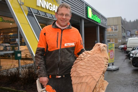 Oliver Vogt med en ørn, som han skjærte ut på Bergsmyr i Tvedestrand fredag.