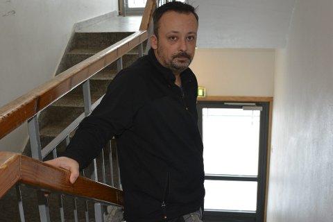Narcis Subasic: Er skolens vaktmester, og må sammen med renholdspersonalet ordne opp i ødeleggelsene. I bakgrunnen en nødutgang som er forsøkt brukket opp. Foto: Olav Loftesnes