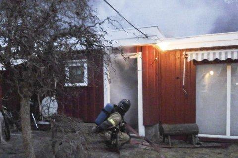 Action: Ei stue var røyklagt ved hjelp av en røykmaskin, og det var liten sikt da røykdykkerne måtte ta seg inn i huset på Østerkleiv under torsdagens øvelse. Foto: Brannvesenet
