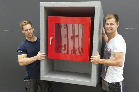Ramme til nødskap: Glenn Alexander (tv) og Kenneth Jacobsen viser frem rammeskapene som skal installeres i en tunnel i Tromsø (det røde skapet er ikke en del av prduktet de leverer).