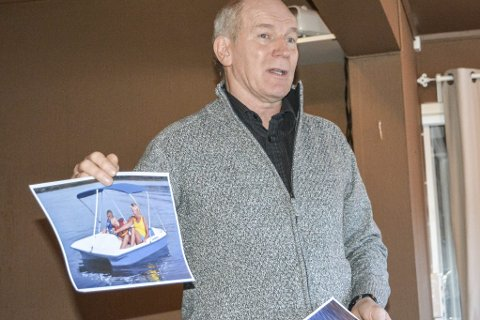 Nyhet: Lars Molleklev med bilde av flåtene som snart sjøsettes i Tjenna. Foto: marianne drivdal