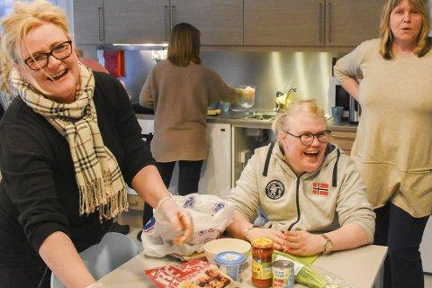 Upåklagelig stemning: Irene Strandene Hansen (til venstre) driver Fyret aktivitetsgruppe sammen med Mariann Wågestad. Susann Paulsen (i midten) skal straks sette i gang med å lage tacitos, under instruksjon av Siri Fossing.Foto: Mette Urdahl