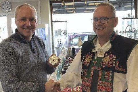 Vant gavekort: Frode Gustavsen og sølvsmed Folke Helle.
