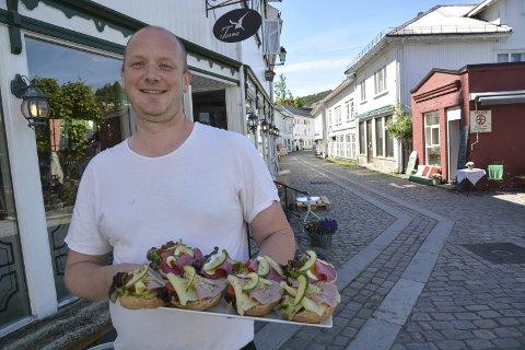 Terna kafè: Yngve Norum og samboeren har bestemt seg for at de likevel ønsker å fortsette driften av kafèen i Hovedgata. arkivfoto
