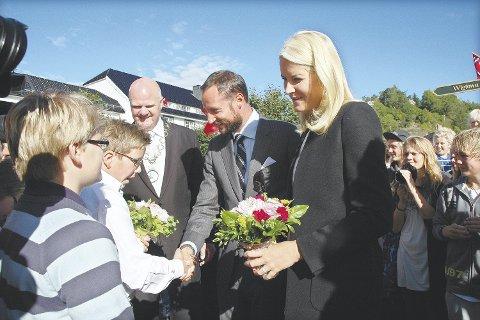 Til bokbyen: Kronprinsesse Mette-Marit og kronprins Haakom besøkte Tvedestrand i 2010. Torsdag 8. juni kommer kronprinsessen alene i forbindelse med hennes litteraturtog. arkivfoto