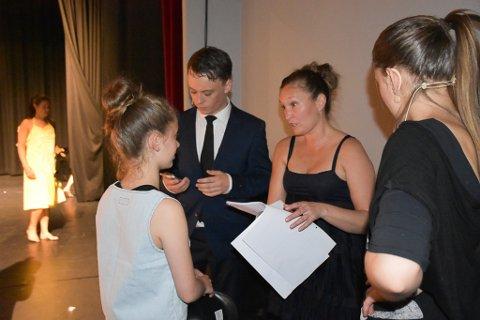 Cecilie Møllergaard har full kontroll. Ved siden av henne står Kent  Andreas Sæterøy, som har regien på skuespillet.