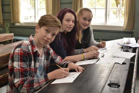 Skjønnskrift: Sander, Ida og Emma er glad de ikke trenger å lære seg gotiske bokstaver.