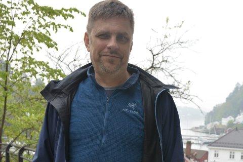 Erik Höglund bor på Nes Verk, og leder prosjektet «Trouttxp», som tar for seg sjøørren i Aust-Agder, og trivselen til de som fisker den. Foto: Olav Loftesnes