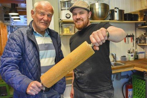 Mannfolkverktøy: Kalle Broms var fjerde generasjons baker i familien som hadde utsalg på brygga i 120 år. Erlend Myhren er ansatt som baker på Bonzo bakeri. Nå har han fått et skikkelig kjevle å jobbe med!Foto: Mette Urdahl