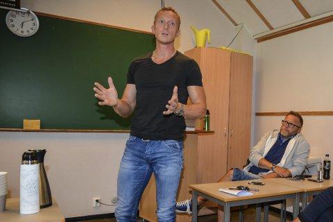Frode Rugnes, klassekontakt for nynorskklassen, gir full støtte til rektor Ingunn Lund. Dette bildet er tatt ved et tidligere foreldremøte.