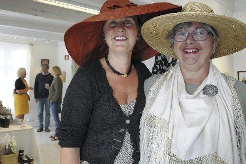 Kunst og håndverk: Lisa Hegland (t.v.) er med i styringsgruppa for Tvedestrand museum/Forvaltergården, og gleder seg over at kunstnere og håndverkere fyller Forvaltergården med flotte varer. Trine Bøgh har vært blant utstillerne tidligere.Arkivfoto