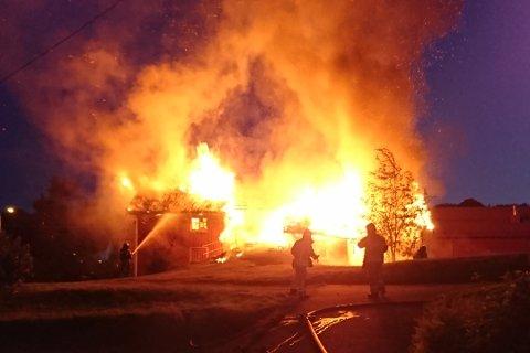Det brant kraftig i låven på Hovland.