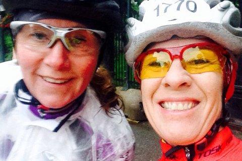 Vigdis Vatne Alfsen og Anne Marie Ramnæs Mogen smiler godt på denne «selfien» like før start. Underveis var det tøffe tak, men de gav seg ikke, og klarte å fullføre det 54 mil lange sykkelrittet. Privat foto