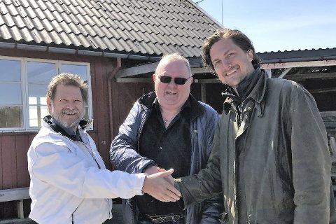 Handelen er i boks: Trygve Sjøstad Nilsen og Jan-Egil Gunnersen i Tvedestrand Mannskor tar ny eier Rasmus Os i handa.
