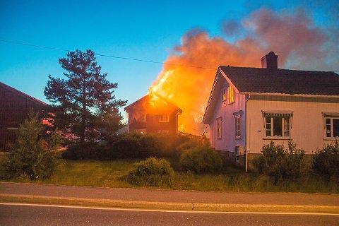 I nabohuset til låven som brant var det fire sovende personer.