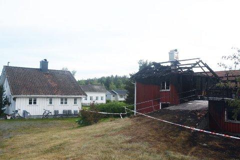 Det var ikke mye igjen av den gamle låvebygningen i sentrum av Myra etter brannen.