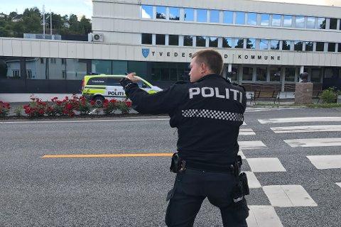 Dramatisk: Med flere vitner til stede skjøt politiet flere varselskudd mot en arendalitt i 20-årene, som var bevæpnet med kniv og truet med å drepe.