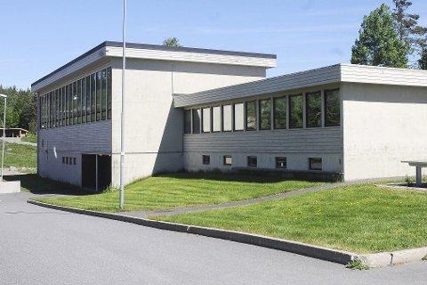 Den nye ungdomsskolen skal bygges på denne tomta, slik at gymsalbygget fra 1970-tallet må rives først. Arkivfoto